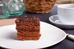 在白色板材的可口巧克力蛋糕在黑桌上 库存照片