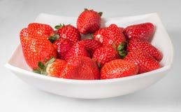 在白色板材的可口草莓 库存图片