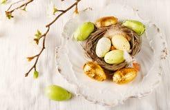 在白色板材的复活节彩蛋 库存照片