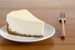 在白色板材的完善的简单的乳酪蛋糕 库存照片