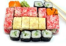 在白色板材的寿司在白色背景特写镜头 免版税库存图片