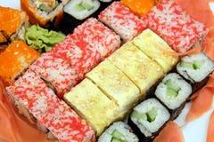 在白色板材的寿司在白色背景特写镜头 免版税库存照片
