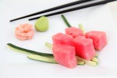 在白色板材的寿司金枪鱼 库存图片