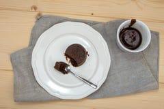 在白色板材的巧克力蛋糕在亚麻布 库存图片