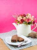 在白色板材的巧克力蛋糕 免版税库存照片