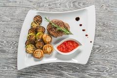 在白色板材的开胃利益 烤肉 免版税图库摄影