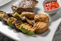 在白色板材的开胃利益 烤肉 库存照片