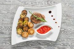 在白色板材的开胃利益 烤肉 免版税库存照片