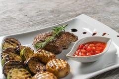 在白色板材的开胃利益 烤肉 免版税库存图片