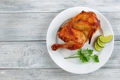 在白色板材的开胃烤鸡 库存照片