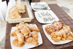 在白色板材的新鲜的新月形面包 法国传统酥皮点心 在旅馆smorgasbord的早餐 免版税库存图片