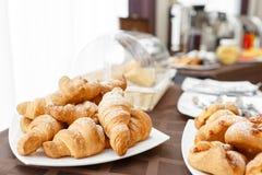 在白色板材的新鲜的新月形面包 法国传统酥皮点心 在旅馆smorgasbord的早餐 库存照片