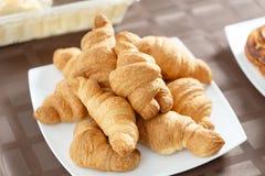 在白色板材的新鲜的新月形面包 法国传统酥皮点心 在旅馆smorgasbord的早餐 免版税库存照片