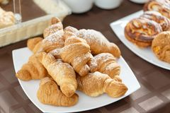 在白色板材的新鲜的新月形面包 法国传统酥皮点心 在旅馆smorgasbord的早餐 图库摄影
