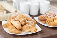 在白色板材的新鲜的新月形面包 法国传统酥皮点心 在旅馆smorgasbord的早餐 免版税图库摄影