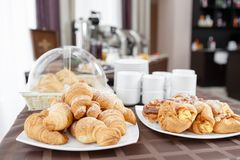在白色板材的新鲜的新月形面包 法国传统酥皮点心 在旅馆smorgasbord的早餐 库存图片