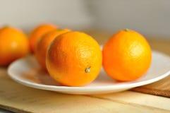 在白色板材的新鲜的蜜桔 库存照片