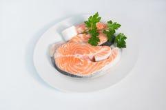 在白色板材的新鲜的鳟鱼,服务用荷兰芹 图库摄影