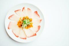 在白色板材的未加工的新鲜的Hamaji鱼肉生鱼片 免版税库存图片