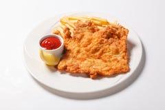 在白色板材的油煎的炸鱼加炸土豆片 免版税库存照片
