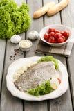 在白色板材的油煎的鳕鱼有新鲜蔬菜的 免版税图库摄影