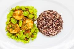 在白色板材的泰国食物 免版税库存照片