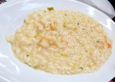 在白色板材的海鲜意大利煨饭 免版税图库摄影