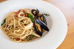在白色板材的海鲜面团 烹调意大利语的食品成分 健康和鲜美 免版税库存照片