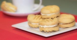 在白色板材的溜溜球饼干 免版税图库摄影