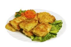 在白色板材的炸肉排圆白菜用沙拉,被隔绝 免版税图库摄影