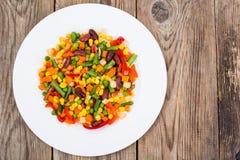 在白色板材的煮沸的菜在老木桌上 健康ve 库存图片