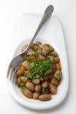 在白色板材的煮熟的豆有叉子的-土耳其起始者 库存图片
