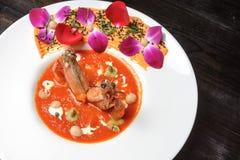 在白色板材的煮熟的黑老虎虾在餐馆桌上 库存图片