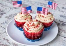 在白色板材的爱国杯形蛋糕 免版税库存照片