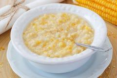 在白色板材的玉米粥 免版税库存图片