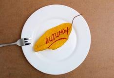 在白色板材的秋天叶子 木背景 免版税库存照片