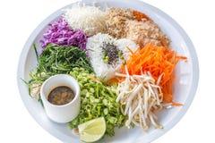 在白色板材的米沙拉在白色背景;Khao薯类 图库摄影