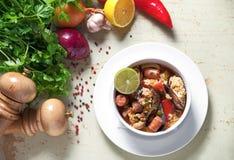 在白色板材的肉菜饭用番红花米,豌豆,虾,淡菜,乌贼,肉 海鲜肉菜饭,传统西班牙盘 免版税库存图片