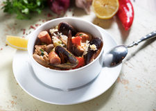 在白色板材的肉菜饭用番红花米,豌豆,虾,淡菜,乌贼,肉 海鲜肉菜饭,传统西班牙盘 免版税库存照片