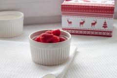 在白色板材的草莓 免版税库存图片