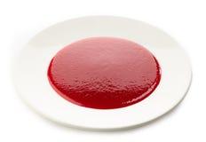 在白色板材的莓果汤 免版税库存图片