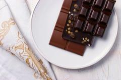 在白色板材的被分类的巧克力 免版税图库摄影