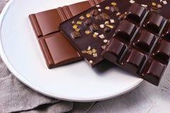 在白色板材的被分类的巧克力 免版税库存照片