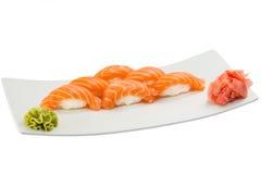 在白色板材的被隔绝的三文鱼寿司nigiri 图库摄影