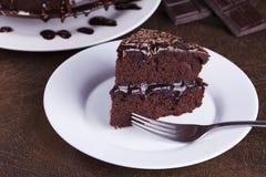 在白色板材的豪华富有的巧克力蛋糕 免版税库存照片