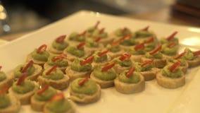 在白色板材的食物快餐在事件集会 关闭在党桌上的开胃快餐假日晚上 影视素材