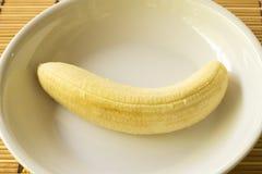 在白色板材的香蕉果子 免版税库存照片