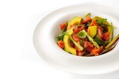 在白色板材的鲕梨和鳟鱼沙拉 免版税库存图片