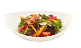 在白色板材的素食主义者沙拉 免版税图库摄影