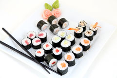 在白色板材设置的寿司。传统日本食物 库存图片
